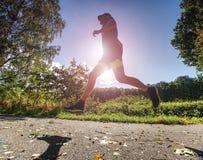 Mens jogger in park zonnige dag die in werking wordt gesteld De mens leidt op stock afbeeldingen