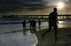 Mens jogginig op het strand Royalty-vrije Stock Afbeeldingen