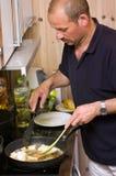 Mens in keuken royalty-vrije stock afbeelding