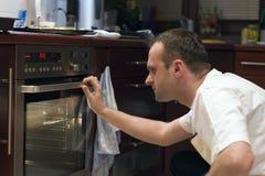 Mens in keuken stock afbeeldingen