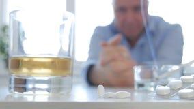 Mens kijken die die na Medische Pillen en Alcoholmisbruik wordt teleurgesteld royalty-vrije stock fotografie