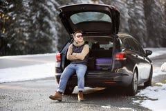 Mens klaar om op vakanties en het ontspannen in de geopende boomstam van een auto te gaan vóór een wegreis royalty-vrije stock afbeelding