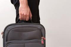 Mens Klaar voor het Reizen met Zijn Bagage Stock Fotografie