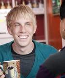 Mens in koffiehuis met mannelijke vriend Royalty-vrije Stock Afbeeldingen