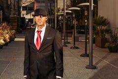 Mens in kostuum die zich op een economische sector bevinden Royalty-vrije Stock Foto's