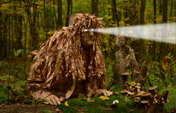 Mens in kostuum houten kobold Stock Foto's