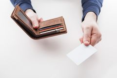 Mens in kostuum met portefeuille en creditcard Stock Afbeeldingen