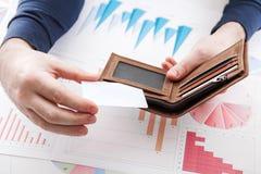 Mens in kostuum met portefeuille en creditcard Stock Fotografie