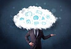 Mens in kostuum met wolken hoofd en blauwe pictogrammen Stock Foto