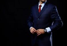 Mens in kostuum op zwarte achtergrond royalty-vrije stock foto