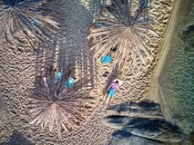 Mens in lanterfanter op een strand luchtmening royalty-vrije stock fotografie