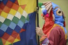 Mens in masker het vieren zonnestilstandvakantie Royalty-vrije Stock Fotografie
