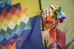 Mens in masker het vieren zonnestilstandvakantie Stock Foto's
