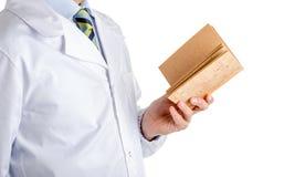 Mens in medisch leeg cork van de laaglezing boek Royalty-vrije Stock Foto