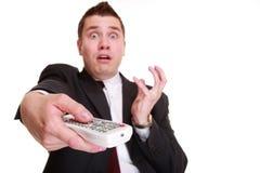 Mens met afstandsbediening veranderend kanaal royalty-vrije stock afbeeldingen