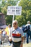 Mens met antiteken Obama. stock foto