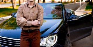 Mens met auto Stock Foto's