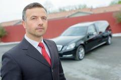 Mens met auto royalty-vrije stock fotografie
