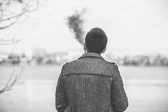 Mens met baard die openlucht elektronische sigarette vaping Royalty-vrije Stock Fotografie