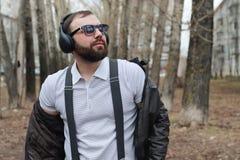 Mens met baard en hoofdtelefoons in het park Royalty-vrije Stock Fotografie