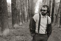 Mens met baard en hoofdtelefoons in park Royalty-vrije Stock Fotografie