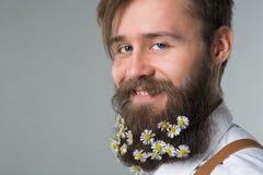 Mens met baard in witte overhemd en bretels stock foto