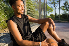 Mens met bal op basketbalhof speler die aan de camera op een basketbalhof kijken Royalty-vrije Stock Afbeeldingen