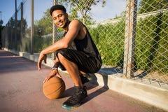 Mens met bal op basketbalhof speler op een basketbalhof Stock Foto