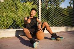 Mens met bal op basketbalhof speler op een basketbalhof Stock Fotografie