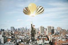 Mens met baloons boven het concept van de megapolisstad Royalty-vrije Stock Foto