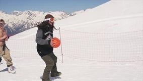 Mens met basketbalbal bij skitoevlucht die in werking wordt gesteld Zonnige dag Landschap van bergen stock video