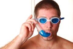 Mens met beschermende brillen en snorkle Stock Afbeelding