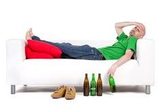 Mens met bier stock foto's