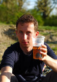 Mens met bier stock afbeelding