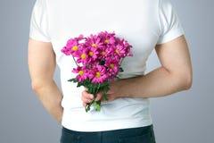 Mens met bloemen Stock Fotografie