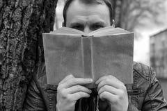Mens met boek in de winter openlucht Royalty-vrije Stock Fotografie