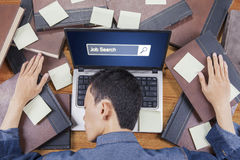 Mens met boeken en het pictogram van het baanonderzoek Stock Fotografie