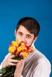 Mens met boeket van rode rozen royalty-vrije stock foto's