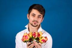 Mens met boeket van rode rozen royalty-vrije stock afbeeldingen