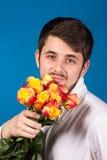 Mens met boeket van rode rozen stock foto