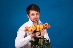 Mens met boeket van rode rozen royalty-vrije stock afbeelding