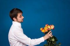 Mens met boeket van rode rozen stock foto's
