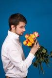 Mens met boeket van rode rozen stock afbeeldingen