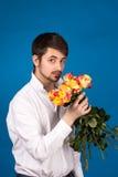 Mens met boeket van rode rozen royalty-vrije stock foto