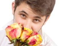 Mens met boeket van rode rozen. stock fotografie