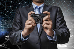 Mens met camera in handen Royalty-vrije Stock Afbeeldingen
