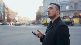 Mens met cellphone in de stad bij dag stock footage