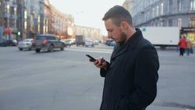 Mens met cellphone in de stad bij dag stock videobeelden
