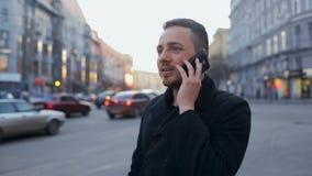 Mens met cellphone in de stad bij dag stock video