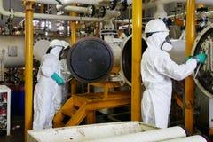 Mens met chemisch beschermend masker en beschermende kleren op gevaarsgebied stock afbeeldingen